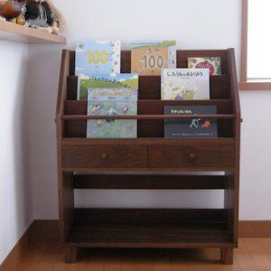 埼玉県のお客様にウォールナットの絵本棚をお届け