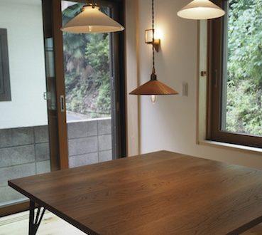 東京都のお客様へナラの鉄脚のテーブルとランプシェードお届け