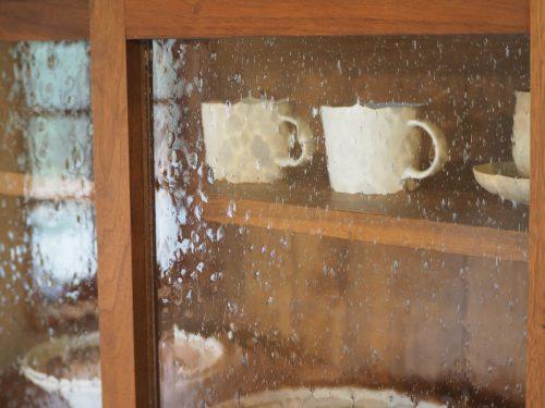 ウォールナットのカップボード 気泡ガラス