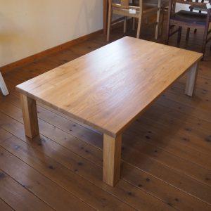 クルミのテーブル