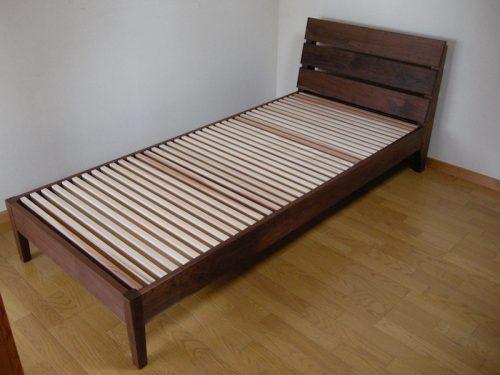 ウォールナットのシングルベッド
